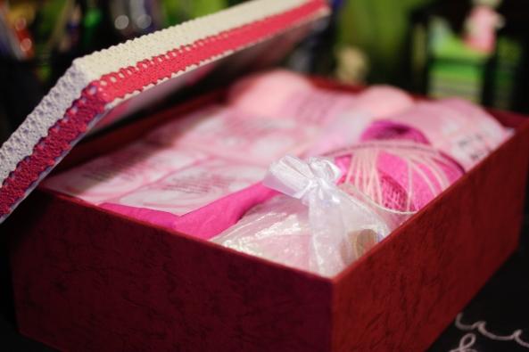 Ένα ροζ κουτάκι με πρώτες βοήθειες